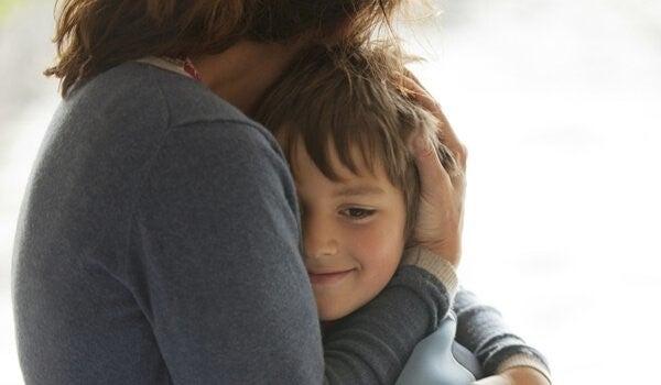 Mor krammer dreng med barndomsdepression