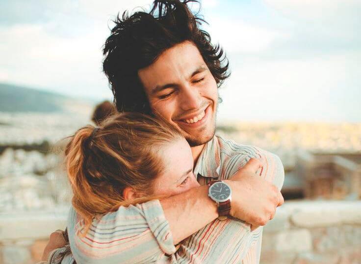 Par krammer og griner