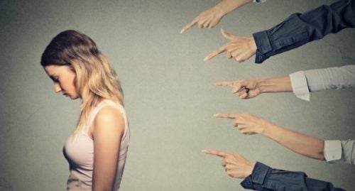 Det er nemt at pege fingre af andre
