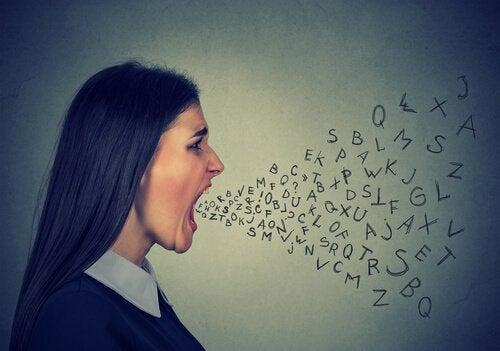 Kvinde råber ord