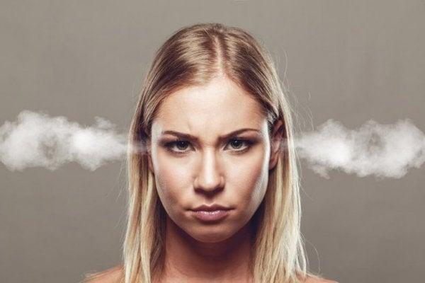 Kvinde med røg ud af ørerne