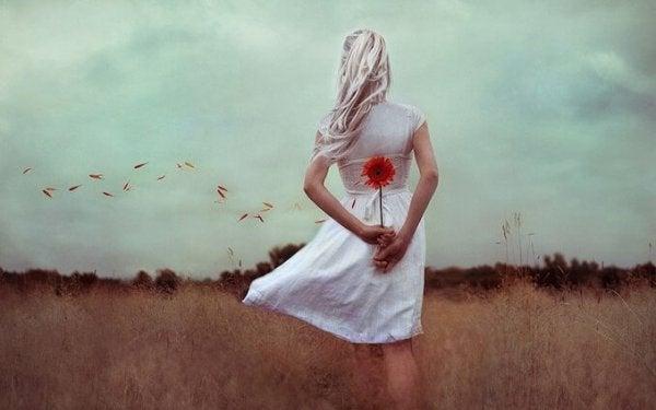 Kvinde med blomst på ryggen