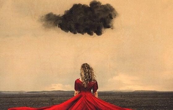 Kvinde går under sort sky
