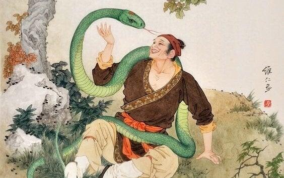 Mand leger med slange