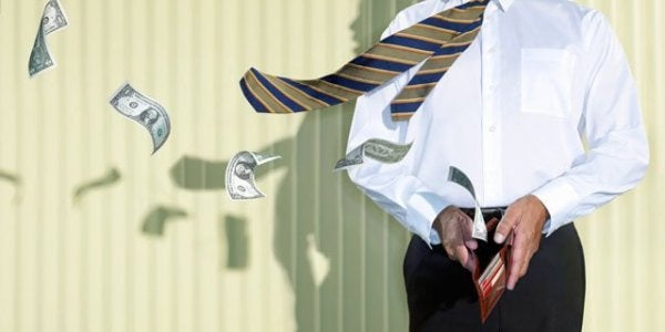 Mand med slips lader pengesedler flyve væk