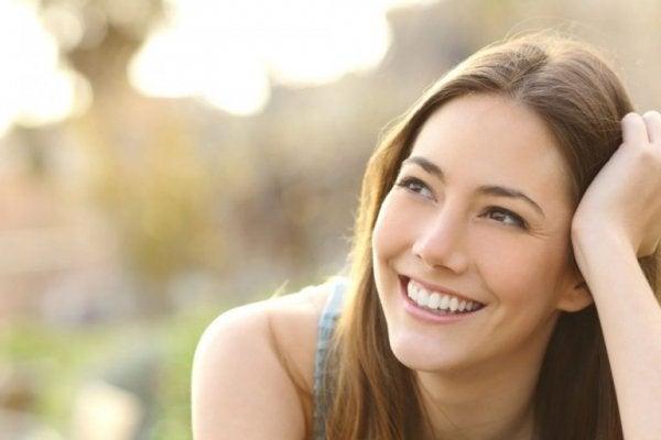 Kvinde smiler på grund af zen