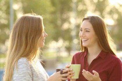 To kvinder snakker ved at anvende ikke-voldelig kommunikation