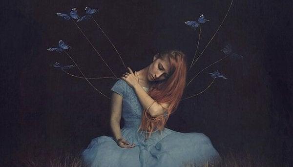 Kvinde har sommerfugle i snore på kjolen