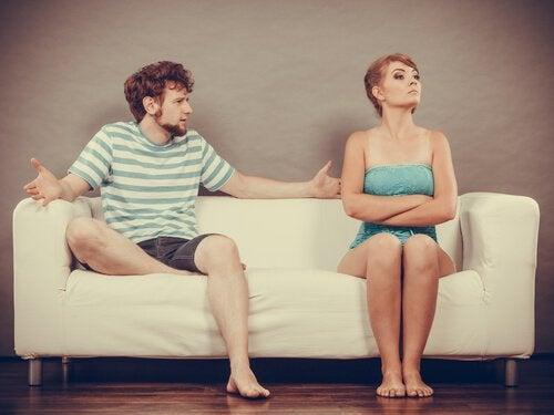 Par på sofa har ikke succes med svære samtaler