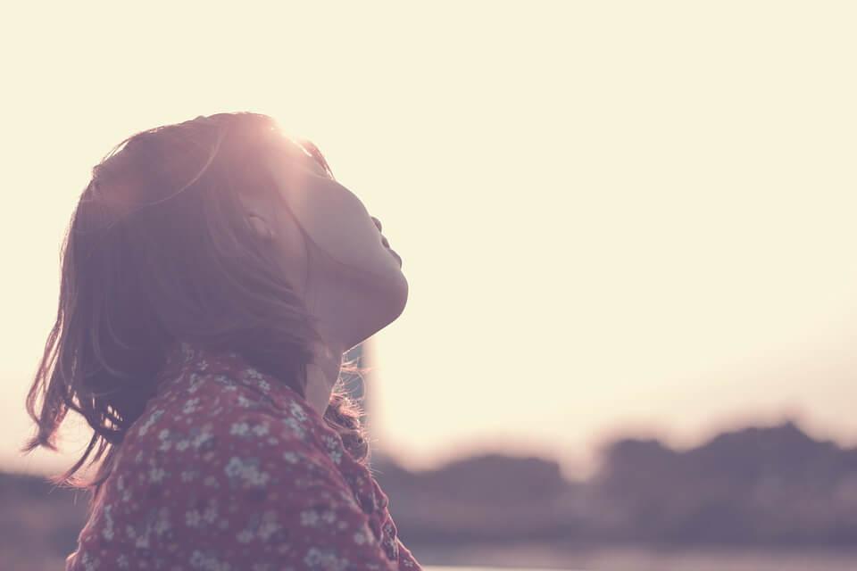 Kvinde nyder sol
