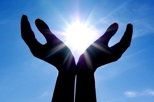 To hænder med sol imellem symboliserer religion