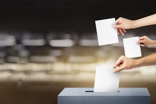 Personer kommer stemmer i stemmeboks