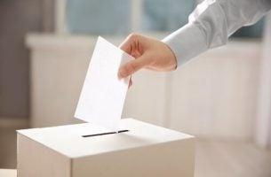 Mand lægger stemme i stemmeboks