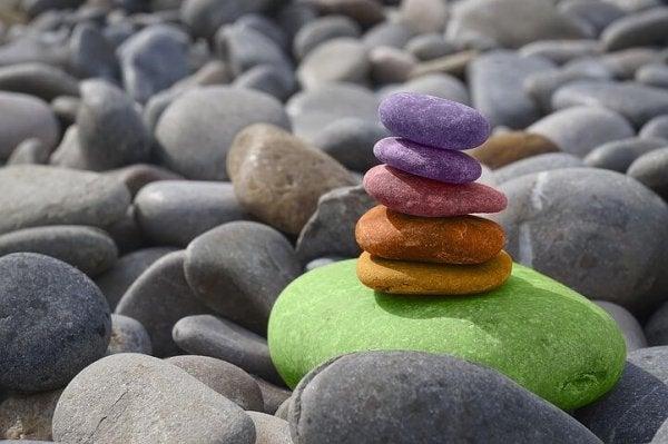 Buddhistiske ordsprog kan lære os om balance som disse farvede sten stablet ovenpå hinanden
