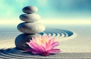 Sten balancerer på hinanden som symbol for zen