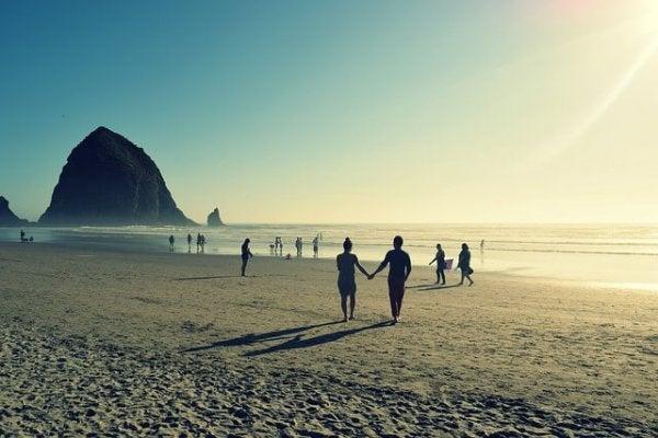 Strand fyldt med par om sommeren