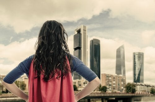 Kvinde i superheltetøj symboliserer, at du skal være din egen helt