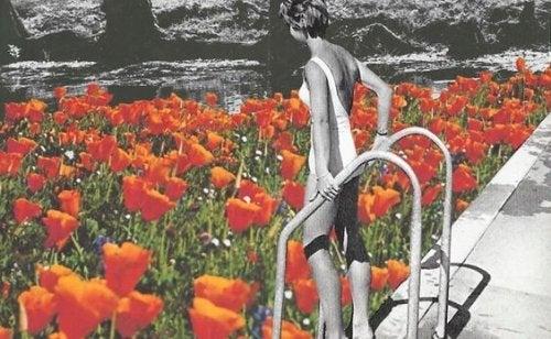 Kvinde er ved at gå ned i svømmepøl med blomster