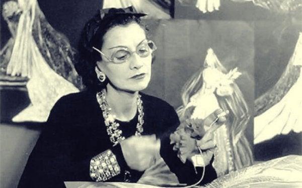 Coco Chanel med synål og stof