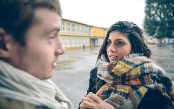 To personer taler sammen og kan lide at sladre