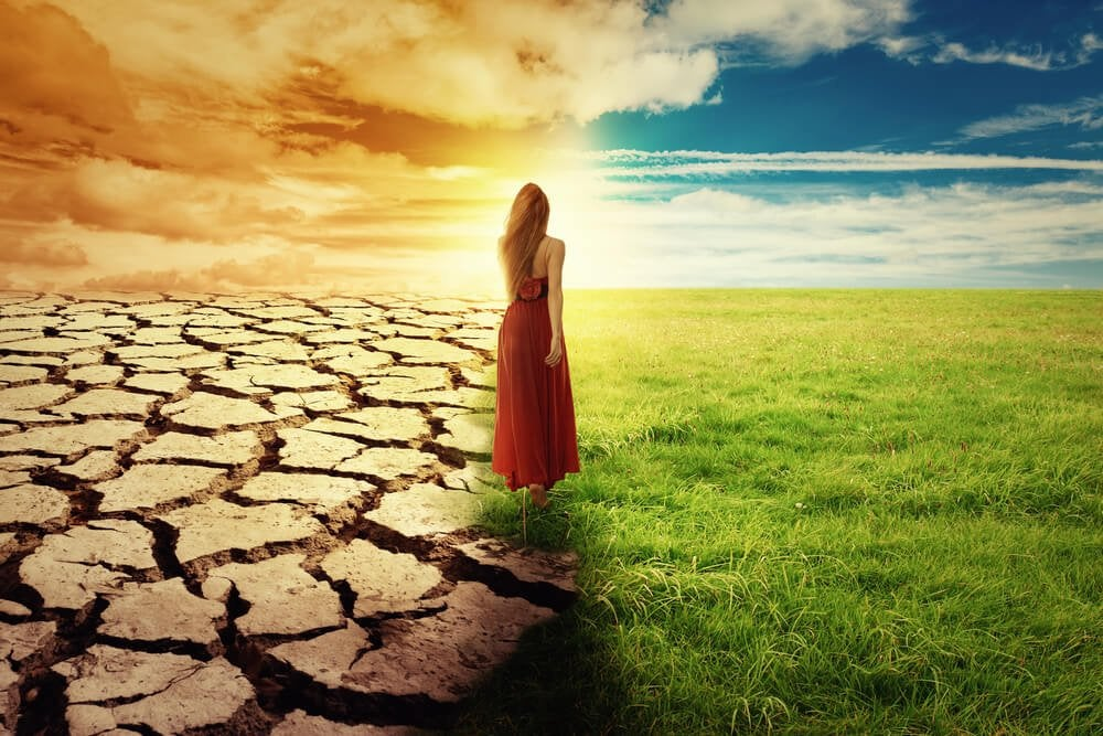 kvinde mellem tør og grøn jord kan ikke beslutte om hun skal blive eller gå