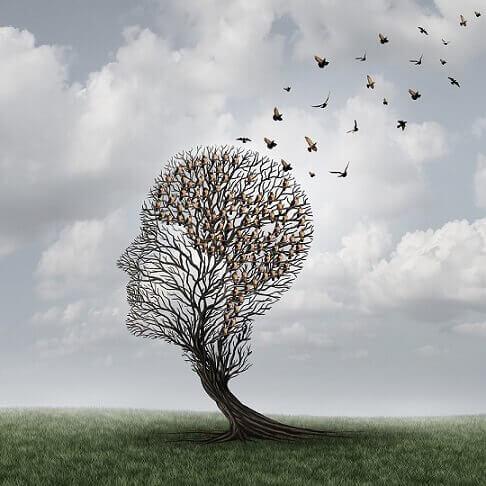 Træ formet som hoved, hvor fugle flyver væk for at symbolisere anterograd amnesi