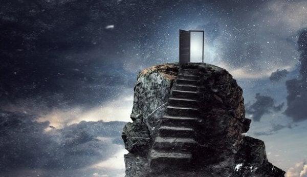 trappe til åben dør på top af bjerg
