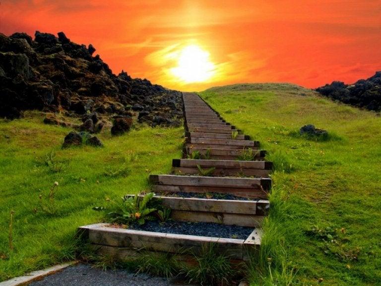 Trappe fører op til solnedgang