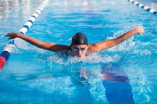 Svømmer nyder fordele ved svømning