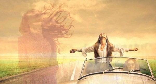 kvinde står op i bil. Hun vil komme over depression