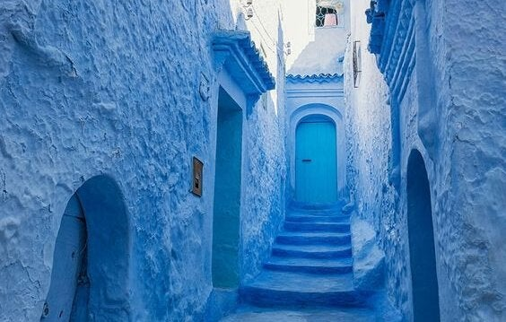 blå trappe op til dør. stress lettende farve