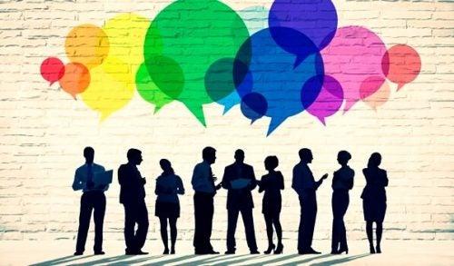 En gruppe kommunikerer