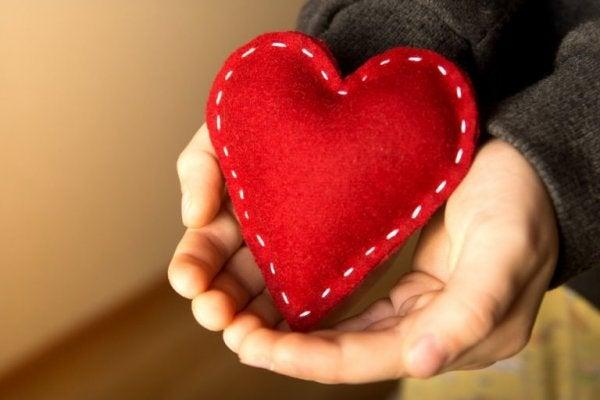 et syet hjerte i hænder for at vise taknemmelighed