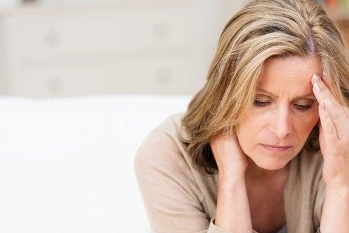 En kvinde der viser symptomerne på depression