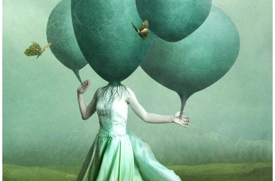 Kvinde med balloner foran hoved