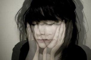 Sløret kvinde af billede, der oplever flad affekt