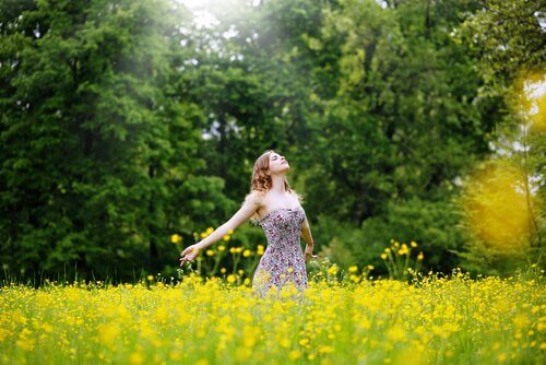 Kvinde på mark nyder frihed og tænker på udsagn om tilgivelse