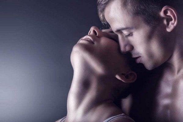 mand og kvinde kysser. Kvindelige Orgasmer