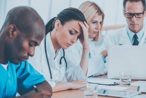 Læger og sundhedspersonale ved et møde. medfølelses træthed