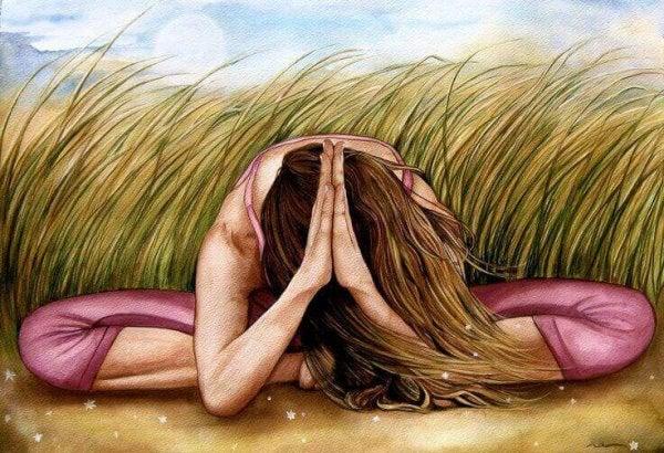 En kvinde mediterer i en mark og udvikler hendes intuition. udvikle din intuition