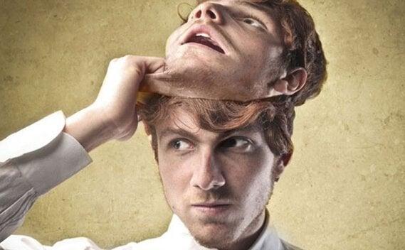 mand tager maske af som machiavellistiske mennesker gør