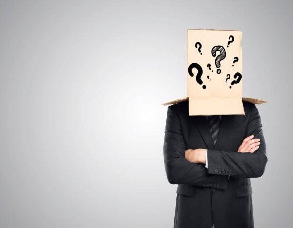 Mand med kasse med spørgsmålstegn på hovedet