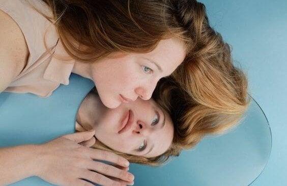 En kvinde og hendes refleksion. Du er din egen allierede