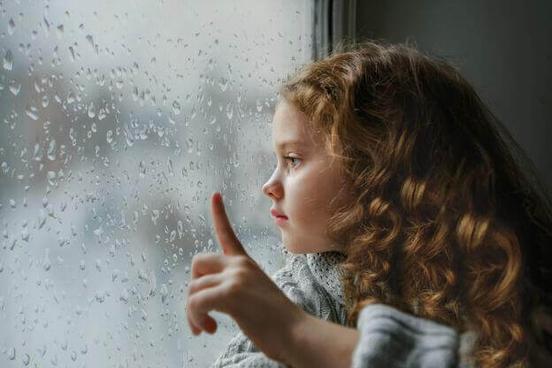 pige ser ud af vindue. utryg tilknytning