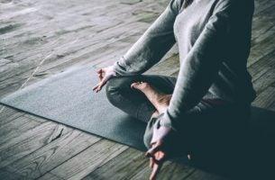 Kvinde oplever forholdet mellem yoga og depression