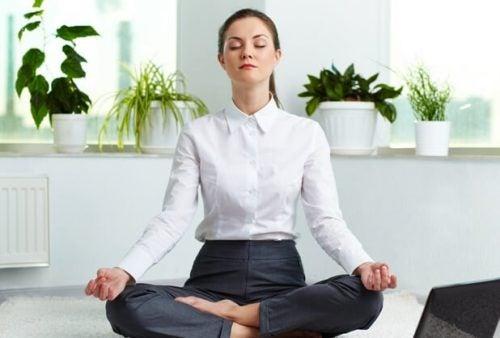 Kvinde i yogastilling mediterer. simple åndedrætsteknikker