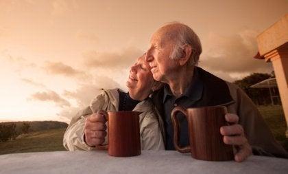 Ældre par får en kop kaffe sammen og nyder sund aldring