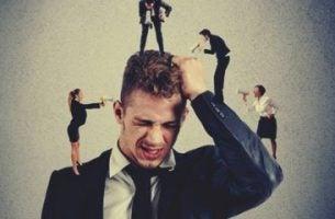 Frygt for konflikter skaber frustration hos mand med små mennesker omkring sig