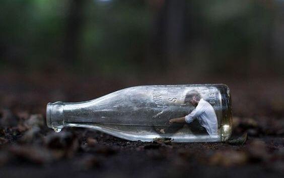 Frygt for konflikter skaber isolation, som med denne mand i flaske