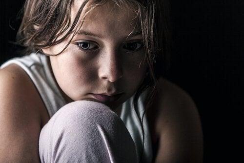 Trist pige på grund af manglende kærlighed hos børn